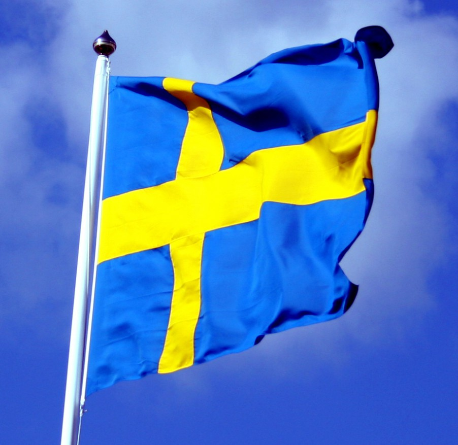 Swedish_flag_with_blue_sky_behind_ausschnitt-qogybu