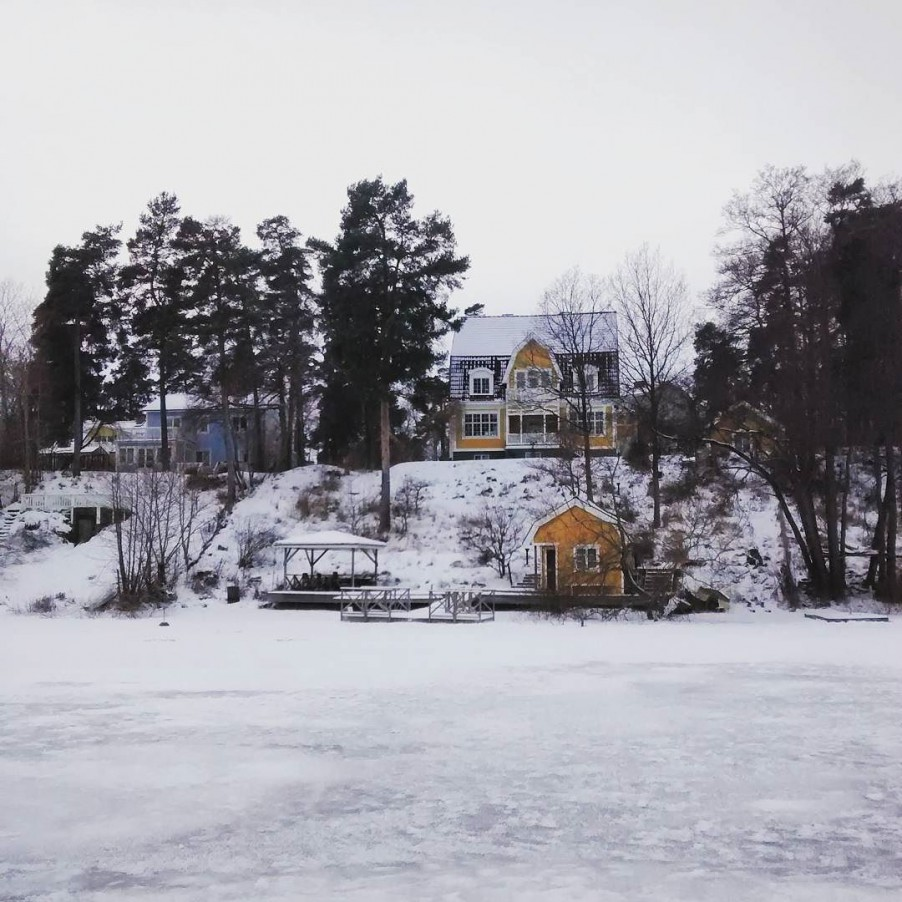 A house by the lake. #winterwonderland