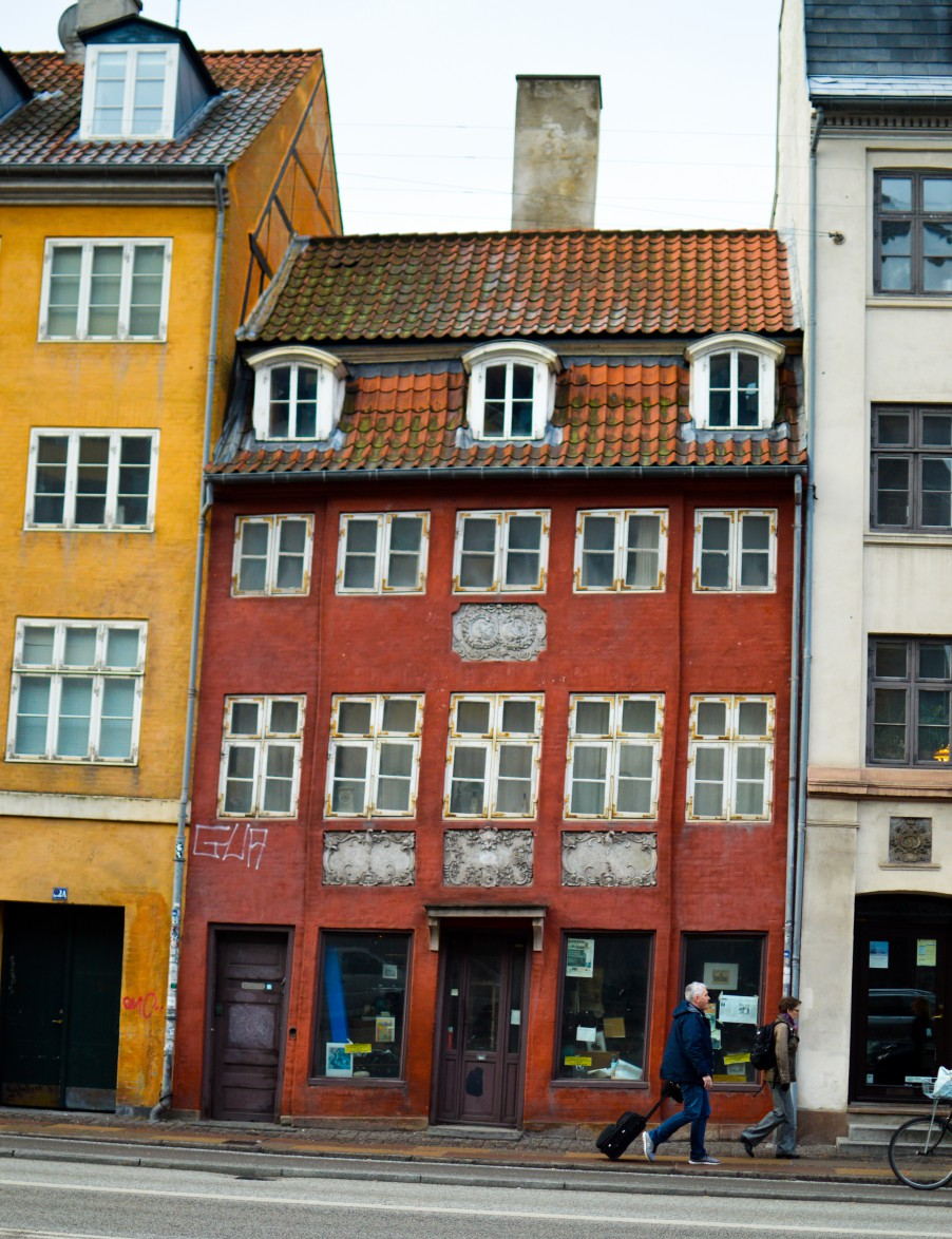 Tightly squeezed, slightly uneven cute building