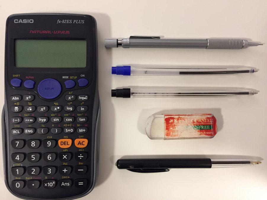 Plumas, lapicero, goma y calculadora