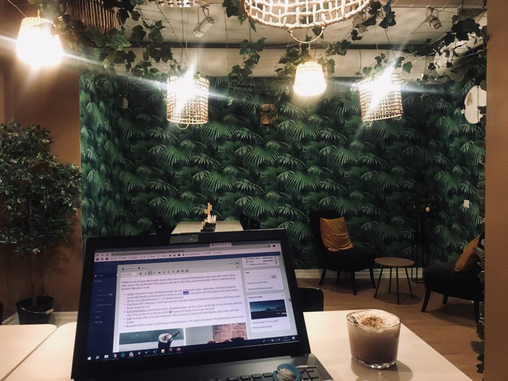 Grönt, many plants, cozy café