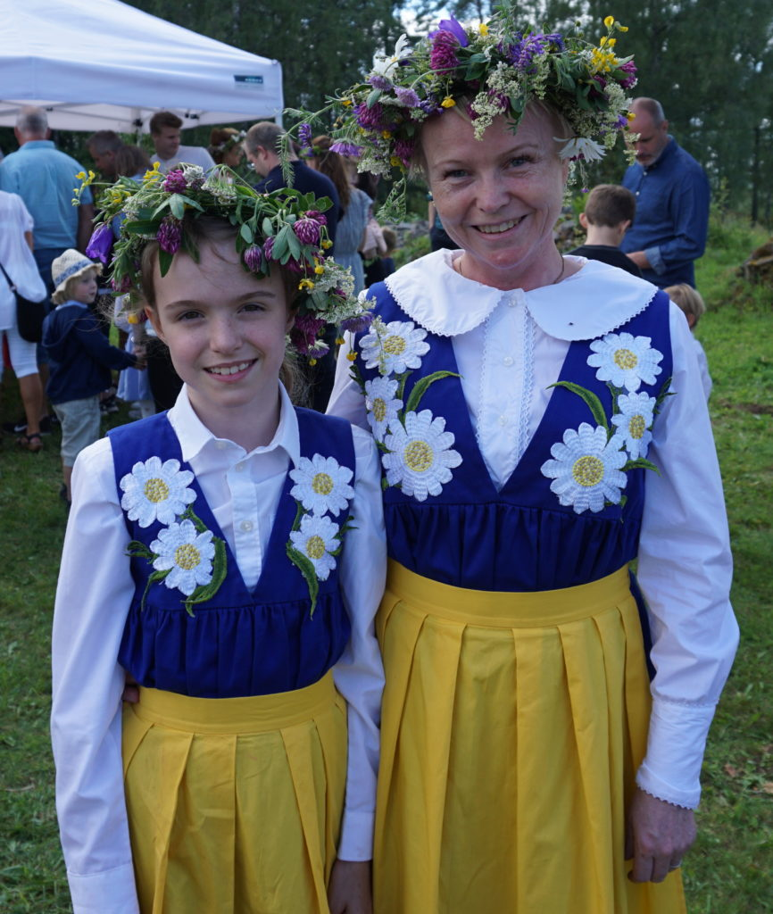 Mother and daugther in traditional costumes/ Credit: Katharina