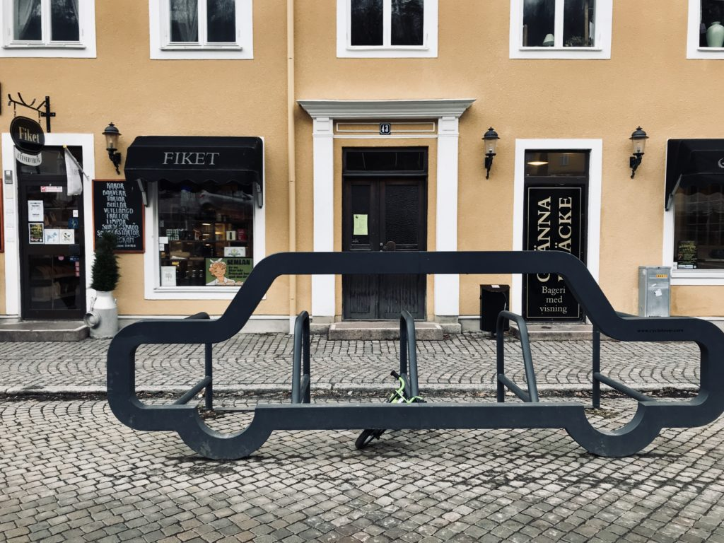 Cobblestone streets and Fiket entrance/ Credit: Katharina